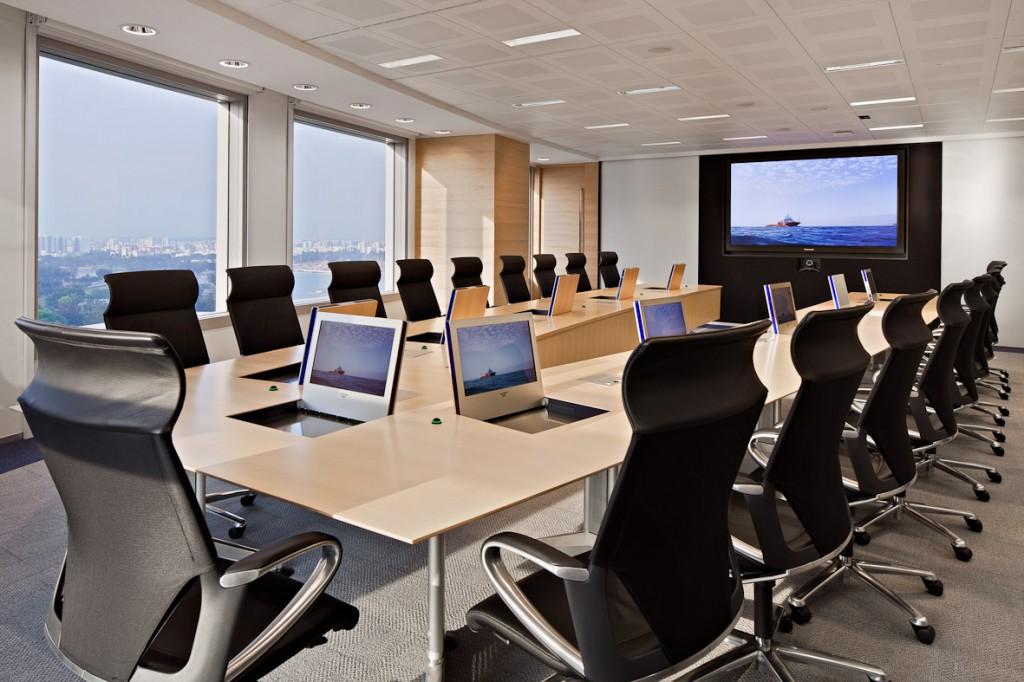 """O sală de ședințe """"inteligentă"""" cu monitoare retractabile&integrabile"""